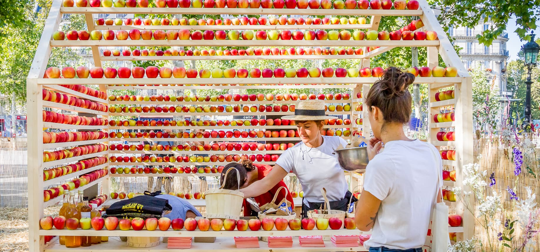 Scénographie culinaire maison construite en pommes. Réalisée avec La Ruche qui dit OUi, événement public place de la République. En association avec des producteurs de Pommes de Normandie.