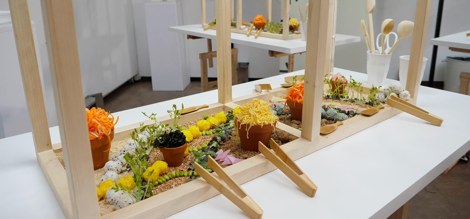 Le jardin comestible permet de récolter et de manger les éléments qui le composent. C'est une installation culinaire créée dans une serre en bois. Il s'agit d'une invitation à la découverte du design culinaire et des goûts japonais pour la marque de comestique Shiseido.