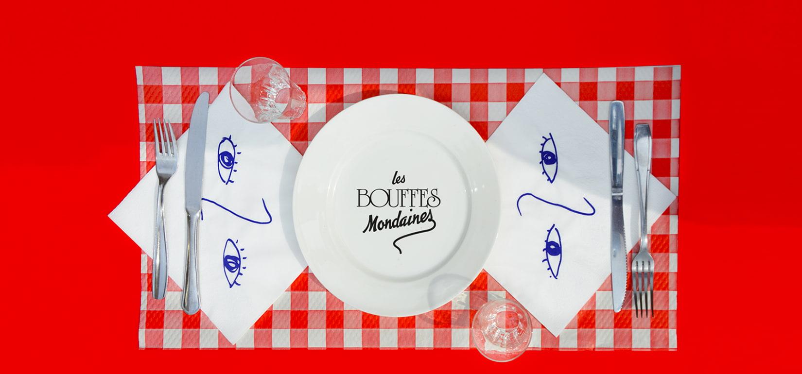 Les bouffes mondaines sont de grands banques mis en scène et cuisinés par hoplastudio. Une mise en scène culinaire où les invités mangent, boivent, regardent et s'émerveillent.