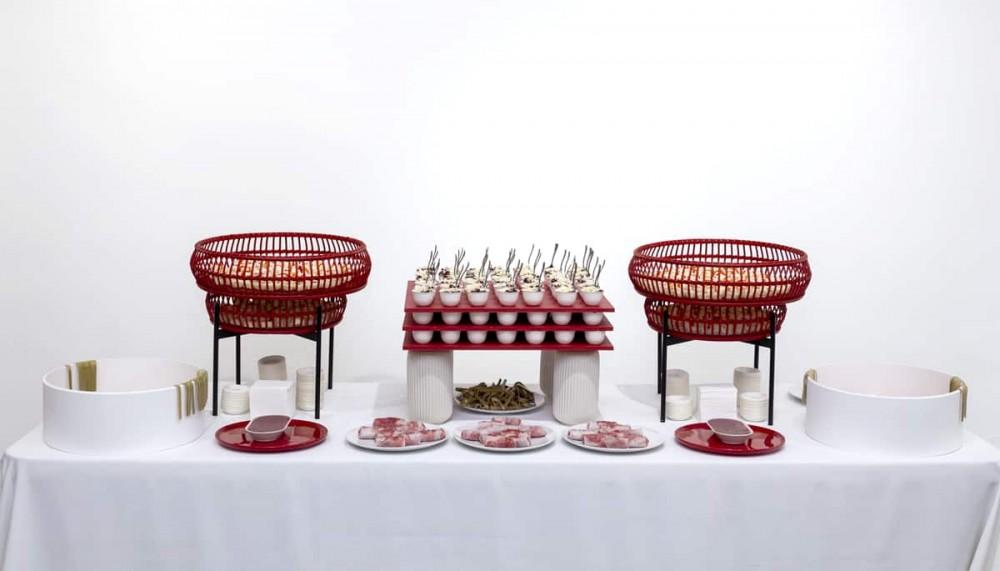 Table buffet rouge et blanc. Dégustation de sushis, chirashi, makis.