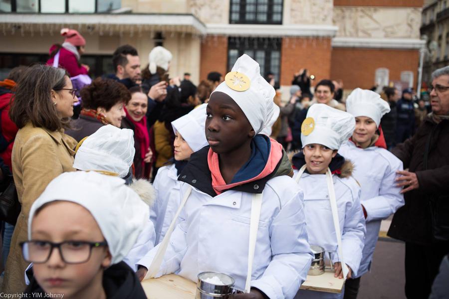 Défilé des enfants de la ville de Montrouge. Costume de pâtissier, planche en bois pour proposer des décors en sucre glace sur les parts de galettes.