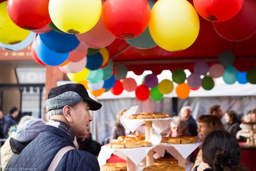 Scénographie ballons avec confettis alimentaires pour feu d'artifice culinaire.
