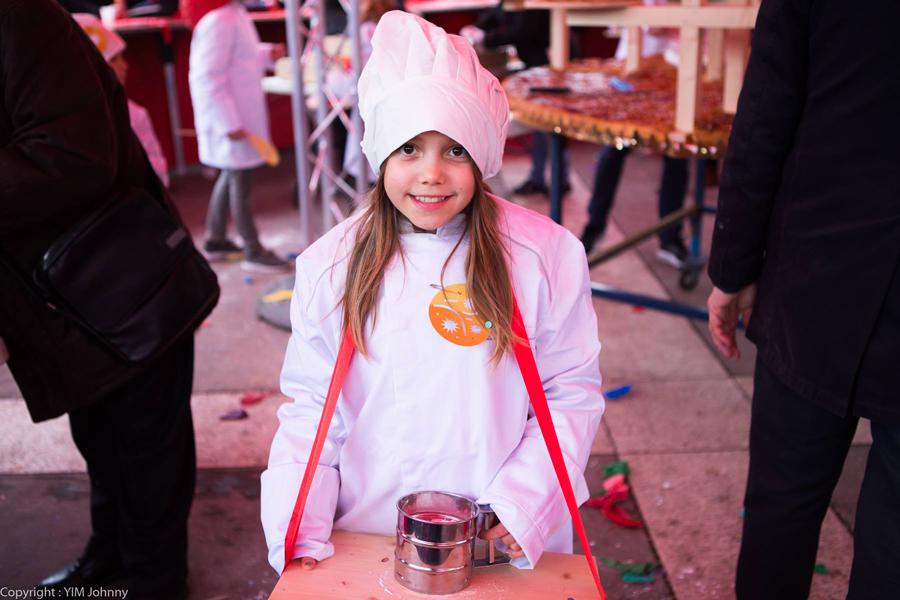 Enfant déguisé, service de pochoir en sucre glace.