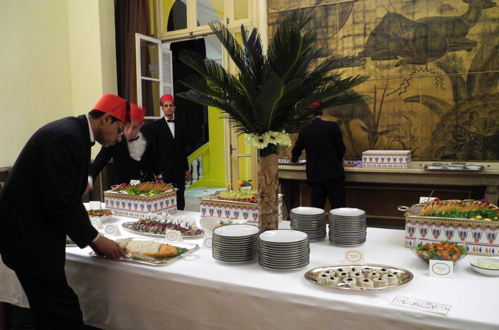 Serveurs dressent la table des entrée, Ambassade de France.