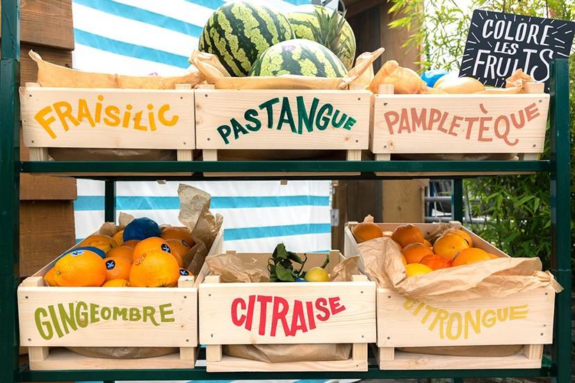 Création des typographies peintes à la main pour ce stand de marché avec des caisses de fruits