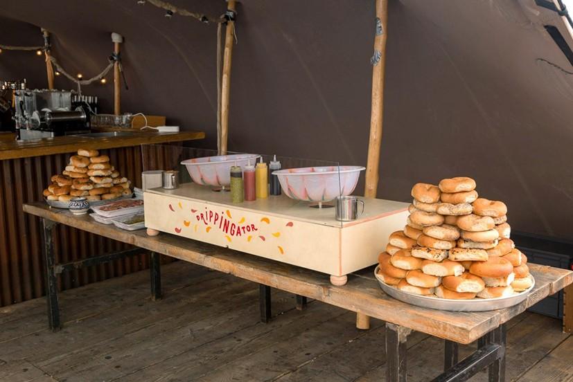 Stand culinaire pour réaliser son baguels et la garniture qui l'accompagne. Drippingator est une machine permettant de d'assaisonner les pains.