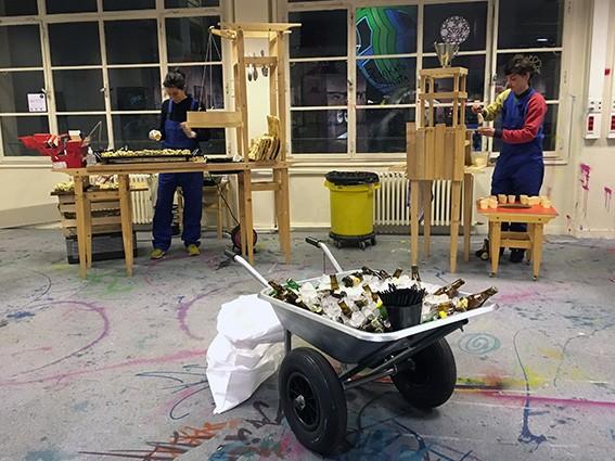 scénographie du buffet culinaire sur le thème du chantier. Brouette de bières prête à l'emploi.