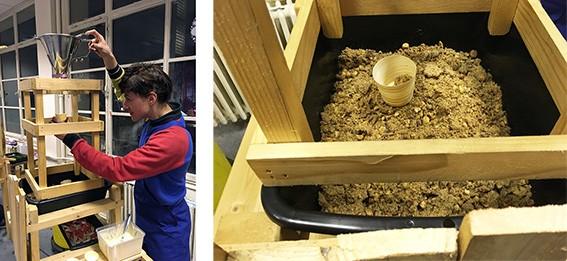 Mise en scène du crumble dans une structure en bois.