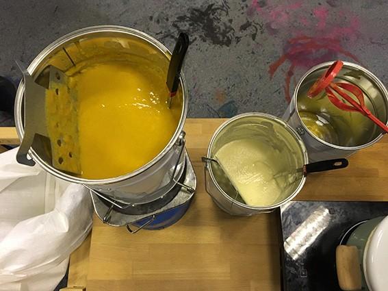 Les soupes de différentes couleurs présentées dans des sceaux de peinture.
