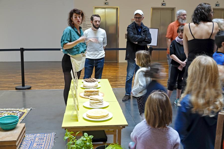 les pains du monde, papadum, tortilla , pita, lavash et crackers sont présentés aux enfants.