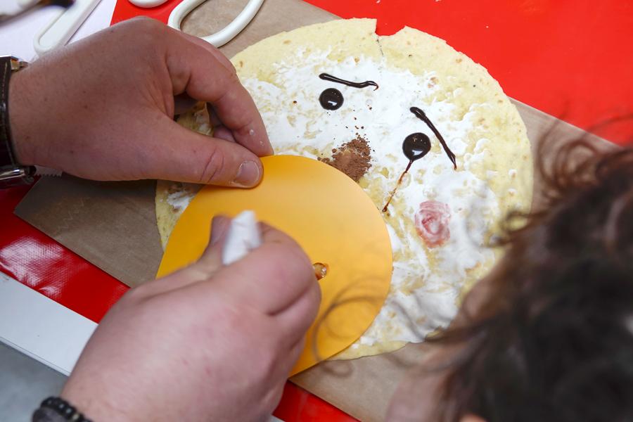 On utilise le pochoir pour dessiner les détails avec les aliments.